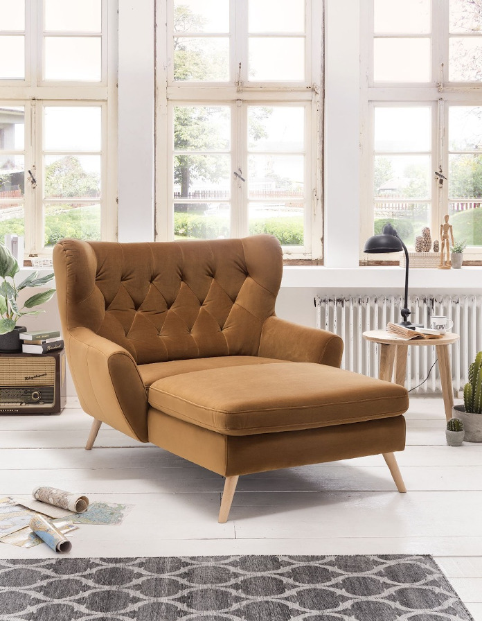 Brązowy fotel na długich drewnianych nogach