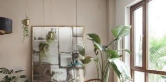 Klimatyczne wnętrza w pekinie inspiracje krzesło bananowiec palma rośliny lustro