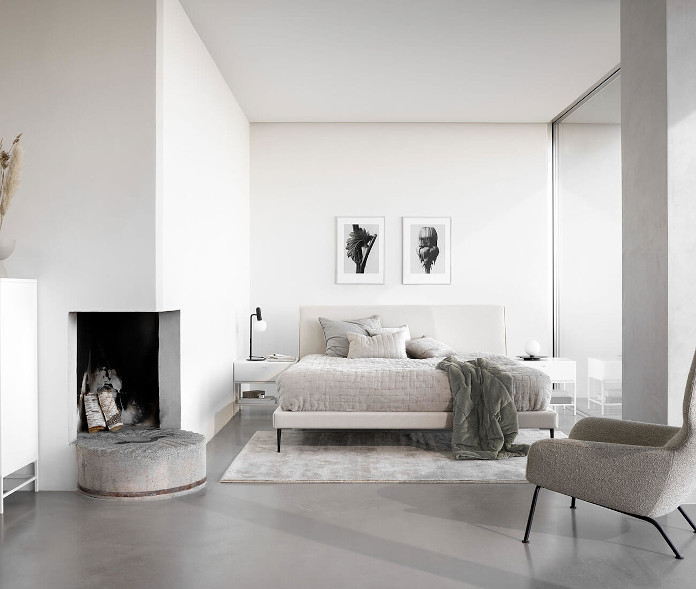 Katalog BoConcept sypialnia biała kominek fotel łóżko obrazy