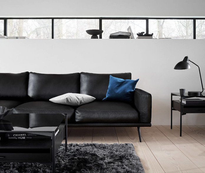 Katalog BoConcept sofa kanapa czarna lampa stolik poduszki dekoracyjne dywan parkiet
