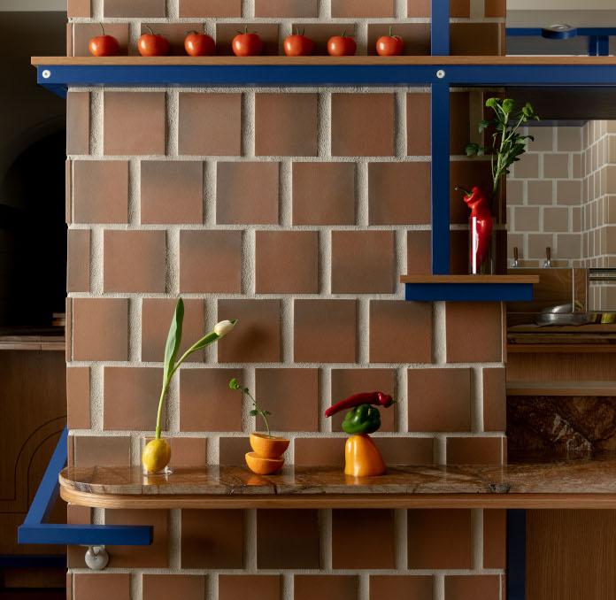 Klimatyczna restauracja płytki terakota niebieskie półki drewni kafelki półka