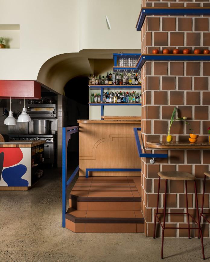 Klimatyczna restauracja płytki terakota niebieskie półki drewni bar tapas inspiracje