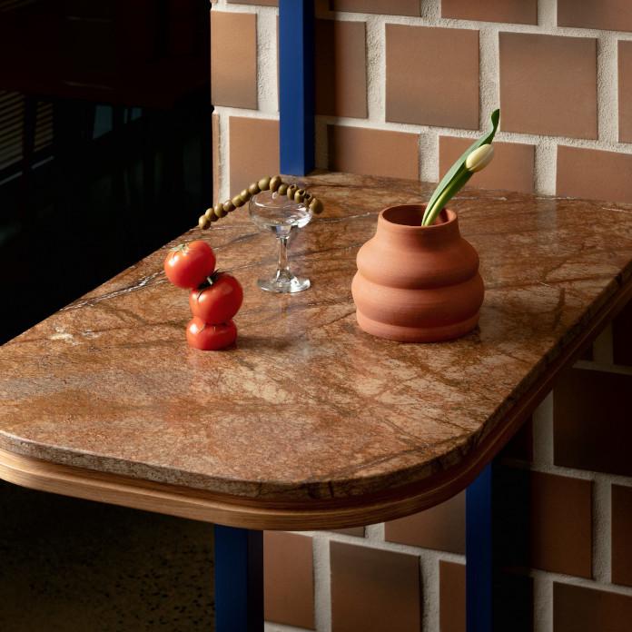 Klimatyczna restauracja płytki terakota niebieskie półki drewni blat
