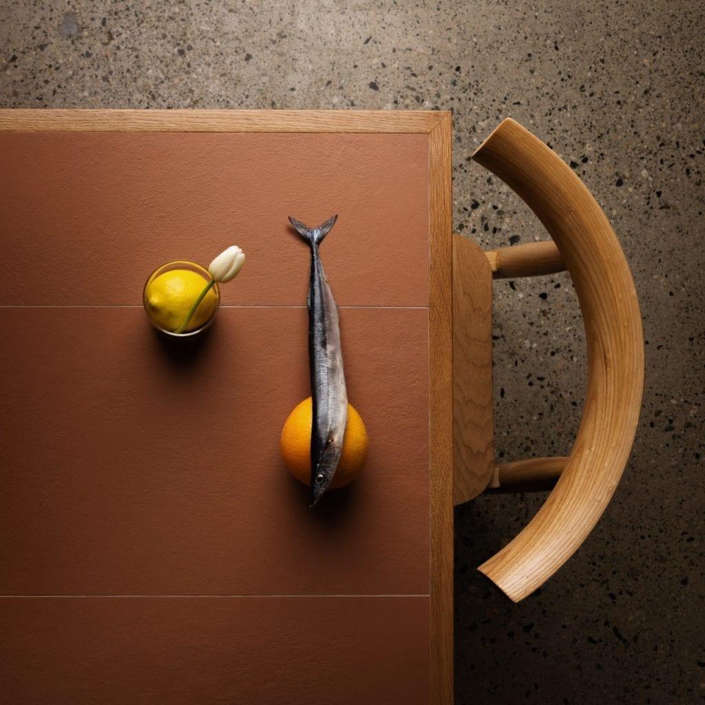 Klimatyczna restauracja płytki terakota drewno krzesło stół aranżacja