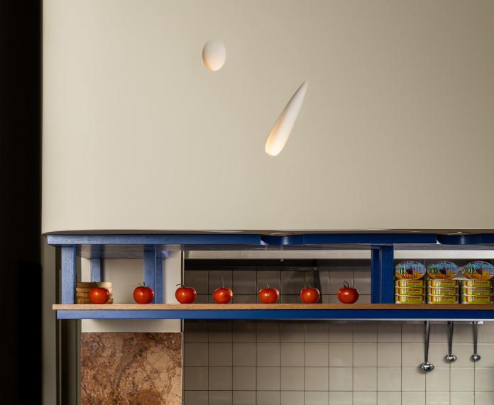 Klimatyczna restauracja płytki terakota niebieskie półki drewni światło