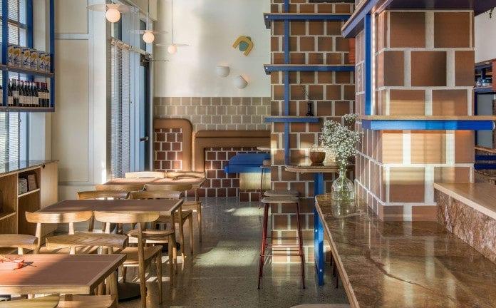 Klimatyczna restauracja płytki terakota niebieskie półki drewni