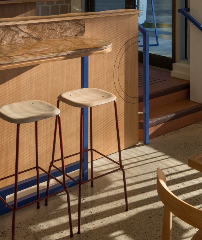 Krzesła drewno czerwień niebieski