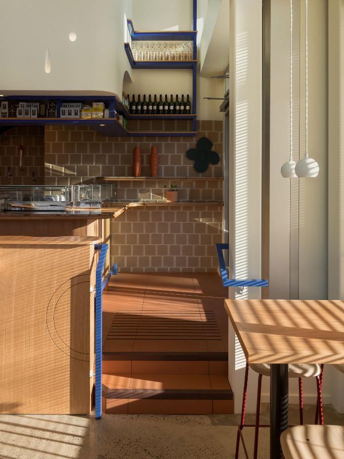 Klimatyczna restauracja płytki terakota niebieskie półki drewni bar stolik krzesło