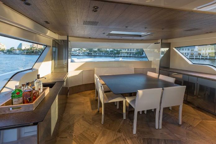 wnętrze jachtu stół jadalnia taras