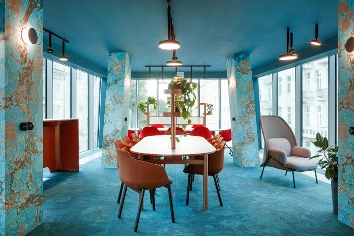 Beza Projekt inspiracje najlepsi polscy projektanci błękit turkus biuro stół krzesła lapma rośliny