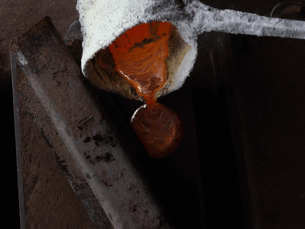 płynny mosiądz podczas odlewania formy