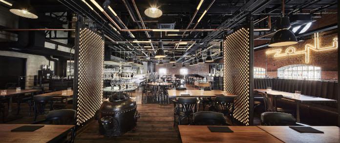 Restauracja Zoni wystrój stal drewno lampy loft industrializm