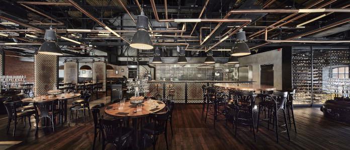 Restauracja Zoni Centrum Praskie koneser nozio drewno stoliki stal lampy wiszące