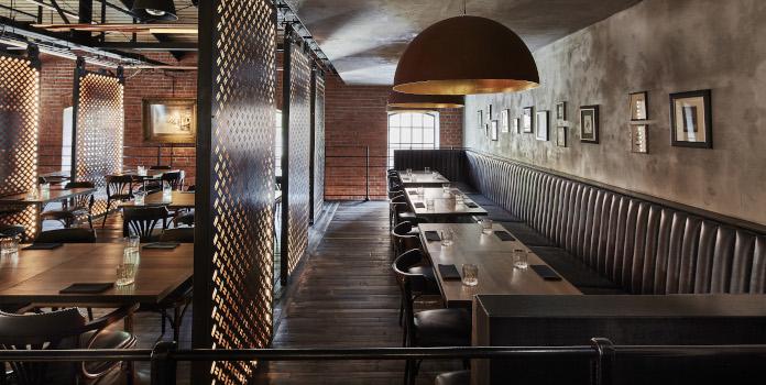 Kanapa restauraacja lampa wiszącca stal drewno stoliki krzesło