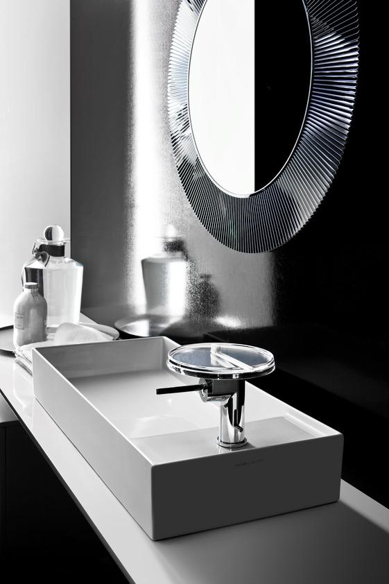 Jak oszczędzać wodę półka w łazience bateira oszczędzająca wodę umywalka lustro czarna łazienka
