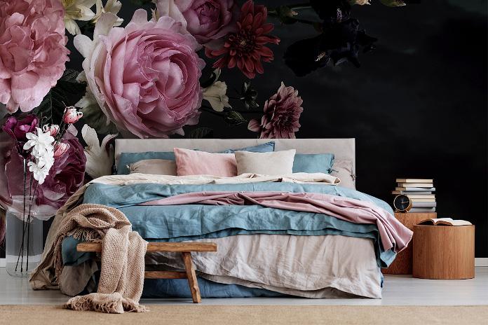 Fototapeta w kwiaty inspiracje łóżko sypialnia stolik koc pościel