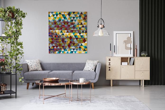 Abstrakcja obraz geometryczny kolor sofa lampa wisząca regał rośliny stolik kawowy dywan