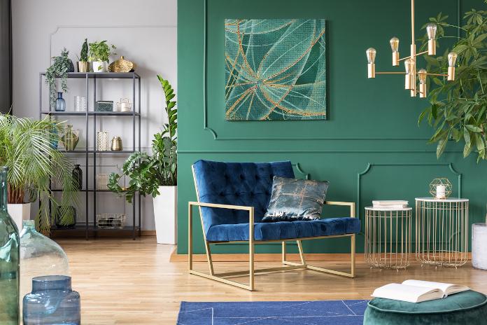 zieleń złoto fotel aranżacja sztuka obrar regał dywanik