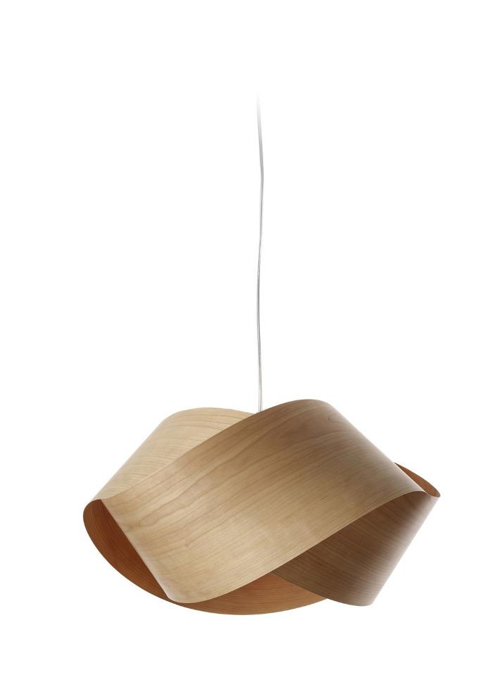 Nowoczesna klasyka we wnętrzu lampa wisząca z drewna