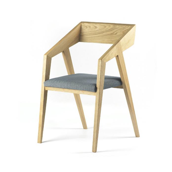 Nowoczesna klasyka we wnętrzu krzesło piko szyszka design drewno