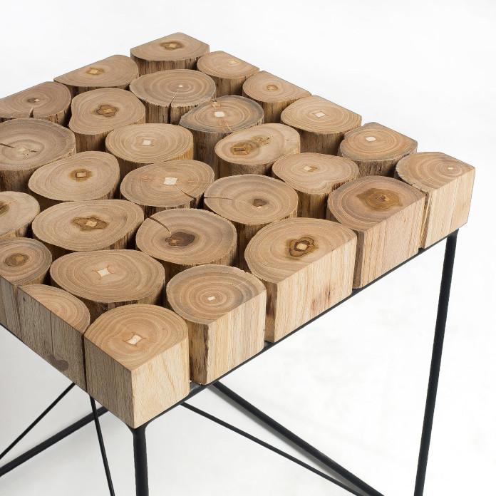 Nowoczesna klasyka we wnętrzu stolik z naturalnego drewna design stal