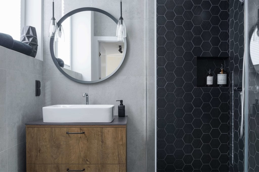 projekt-łazienki-design-2019-inspiracje-komoda-szyflady-umywalka-nablatowa-okrągłe-lustro
