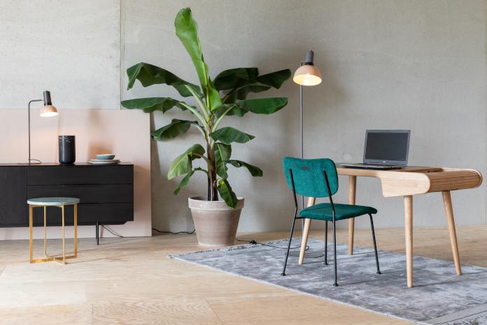 krzesło aksamit zieleń we wnętrzu inspiracje bananowiec biurko beton drewno lampa