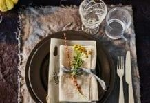 ikea klimatyczne mieszkanie aranżacje stołu naczynia talerze szklanka sztućce