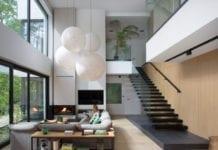 Srudio o inspiracje salon schody kanapa palma drewno biel parkiet czerń