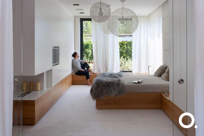 sypialnia dywan inspiracje biel koc lampy wiszące studio o