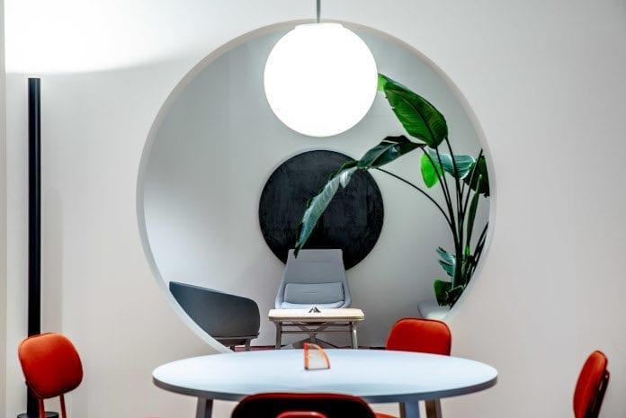 Warsaw home 2019 bananowiec okrąg lampa stolik krzesło