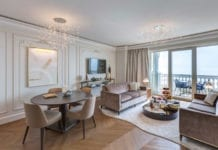 klasyczne wnętrza inspiracje salon stół krzesłlo dywan parkiet
