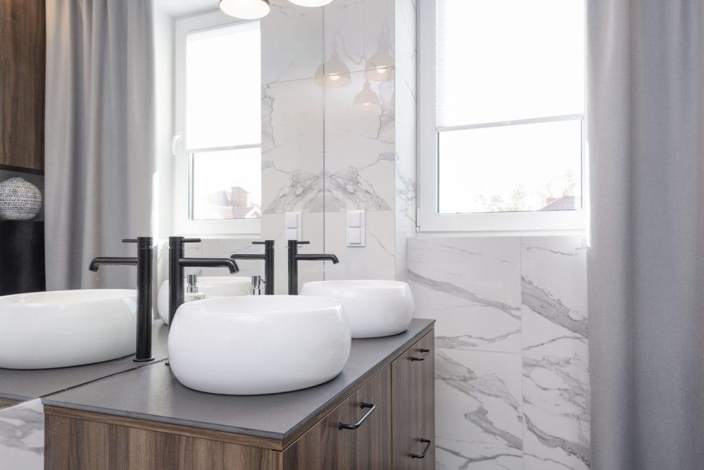 pokój kąpielowy z szafką pod umywalkę blat z gresu