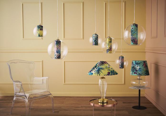 inspiracje trendy wnętrzrskie lampa wisząca lampa stojąca żółta ściana sztukateria przezroczysty fotel