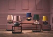 stojące-lampy-kaspa-na-tle-ściany-w-modnym-kolorze-według-instytutu-pantone-2020-coral-pink