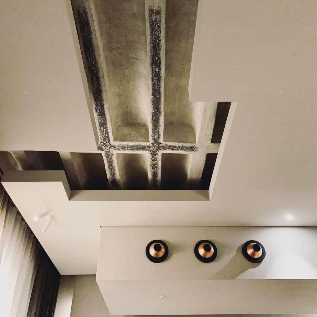 oryginalny-strop-hotel-warszawa-beton-inspiracje