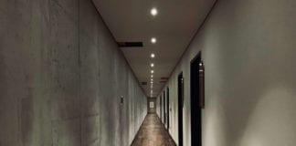 korytarz-hotelu-warszawa-z-betonowych-ścian-i-drewnianej-podłogi-włoskie-marki-wnspiracje