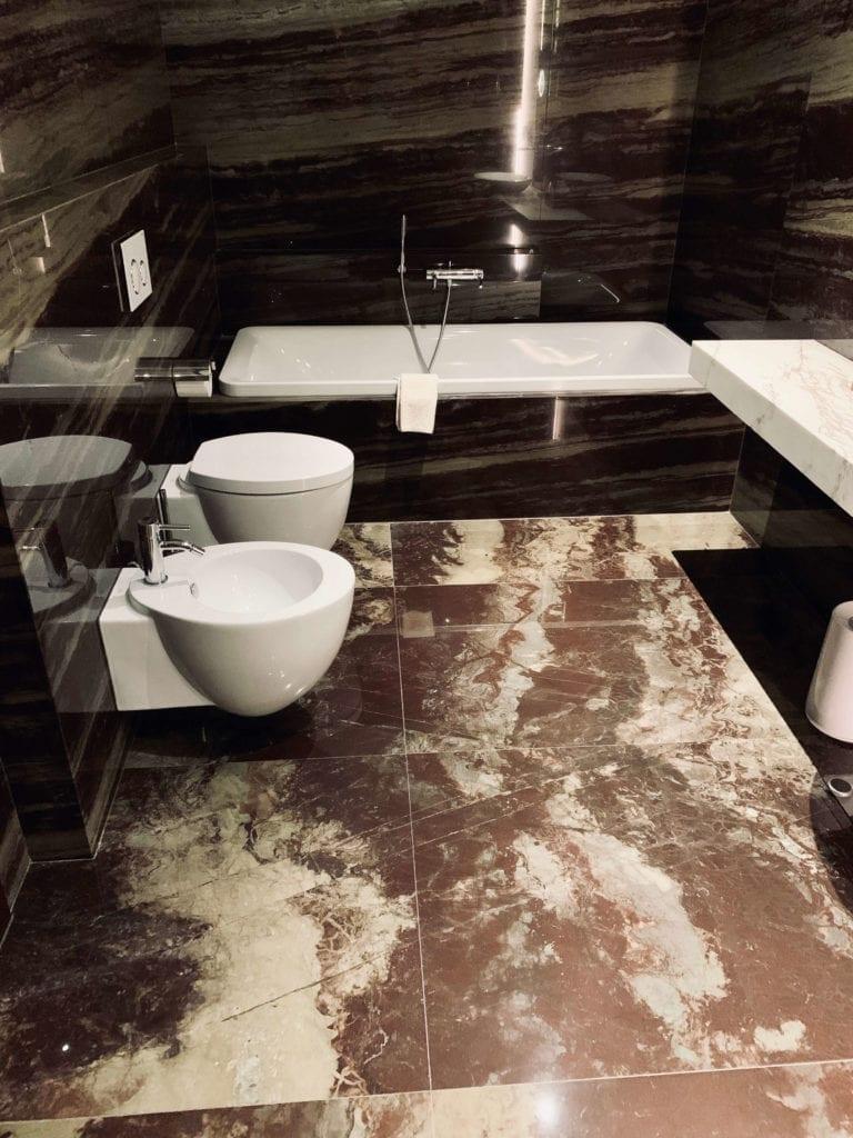 łazienka-w-hotelu-warszawa-kamienna-posadzka-ściany-inspiracje-wanna-bidet-wc-włoskie-marki
