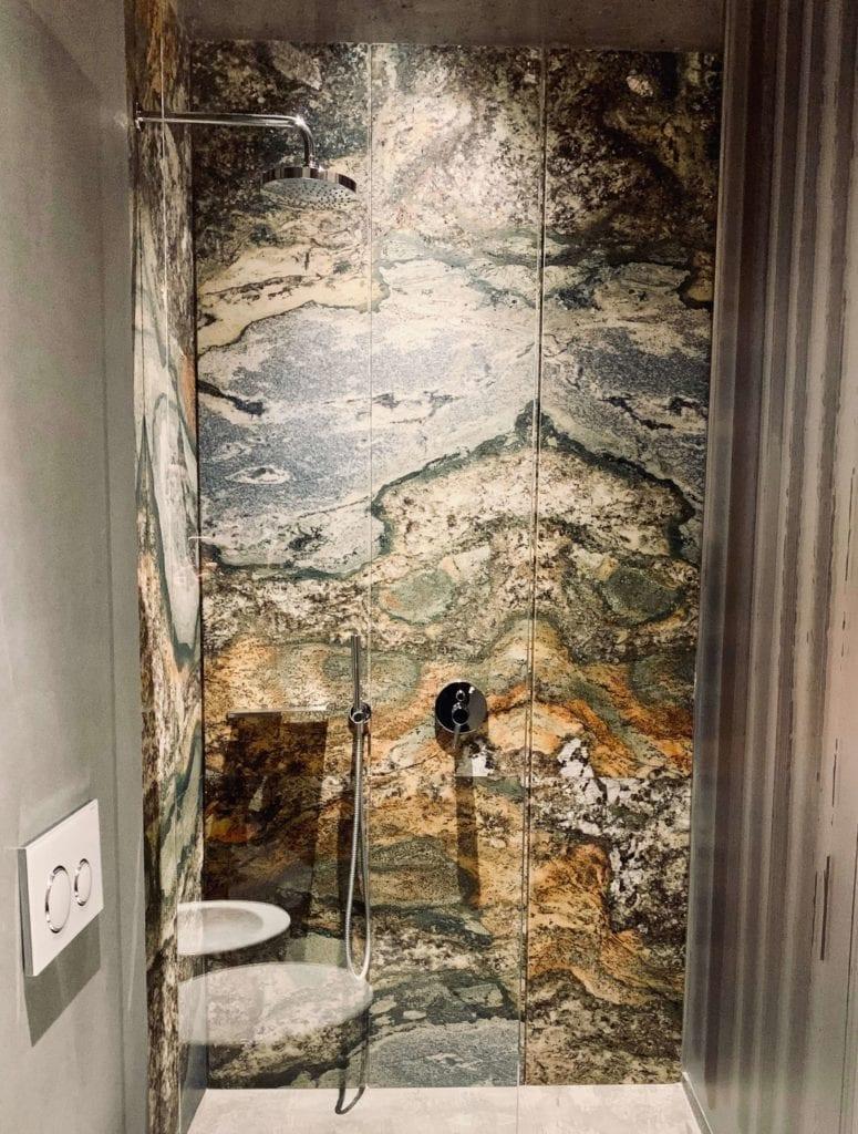 kabina-prysznicowa-bezprofilowa-kamienne-ściany-inspiracje-włoskie-marki