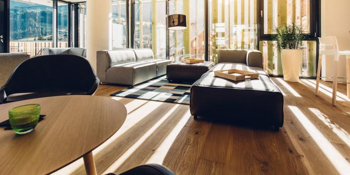 hotel-w-austriackich-górach-drewno-podłoga-weekend-zimowy-inspiracje-stolik-krzesła-kanapa-dywan