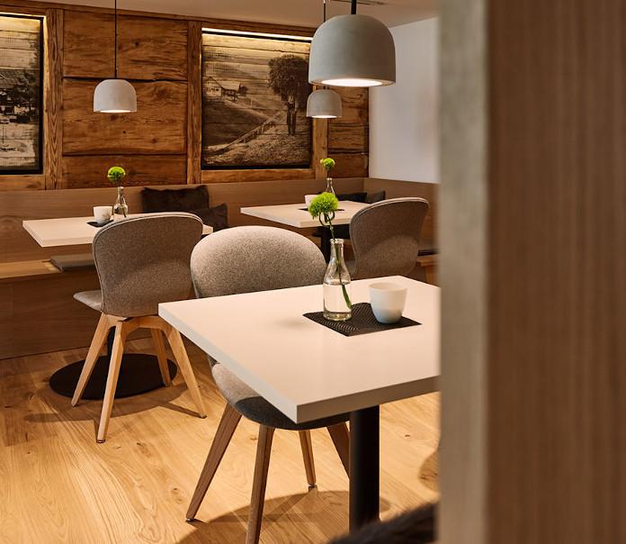 kawiarnia-drewno-austria-góry-meble-boconcept-stolik-krzesła-tapicerowane-szare-lampy-lite-betonowe