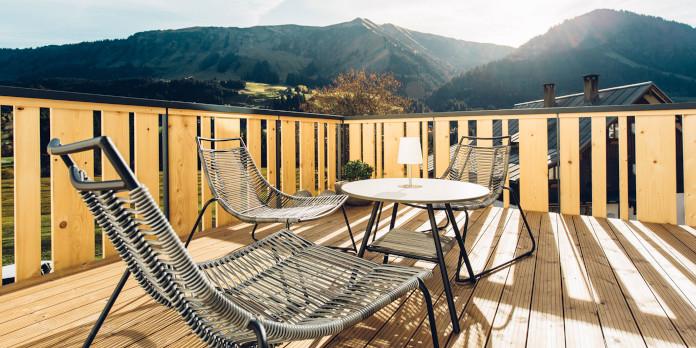 taras-widokowy-w-górach-austria-hotel-inspiracje-krzesła-plecion-stolik