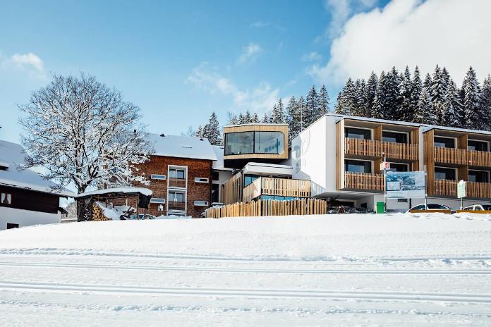 weekend-zimowy-w-górach-austria-inspiraje-hotel-domki-w-śniegu
