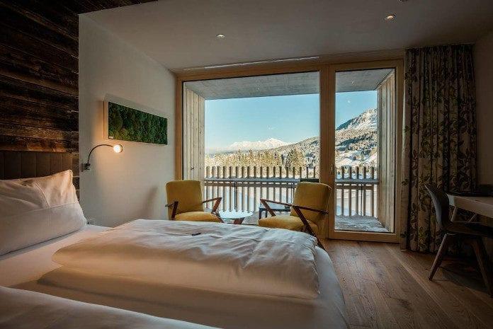 weekend-zimowy-meble-boconcept-inspiracje-pokój-hotel-łóżko-krzesła-drewni-biel