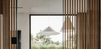 białe-wnętrza-z-drewnem-pokój-dzienny-szprosy-drewniane-podłoga-drewniana-łóżko-sypialnia-lampy-wiszące