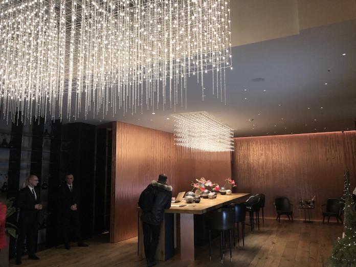 hall-hotelu-warszawa-miedź-drewno-inspiracje