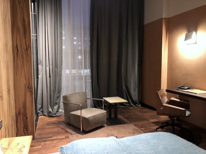 sypialnia-pokój-w-hotel-warszawa-inspiracje-fotel-łóżni