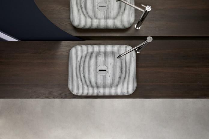 umywalka marmur łazienka inspiracje żywica drewno lustro okrądłe bateria granatowa ściana