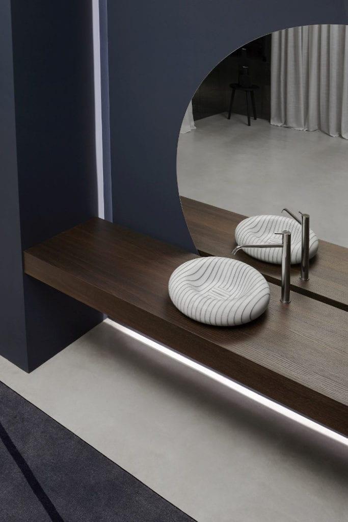 Antonio Lupi umywalka marmur łazienka inspiracje żywica drewno lustro okrądłe bateria granatowa ściana