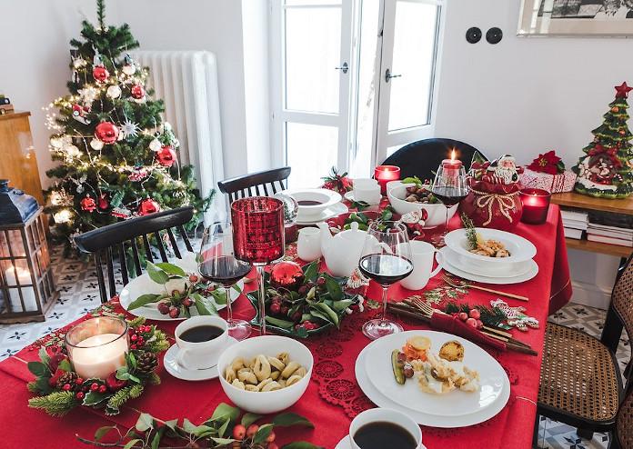 jak-udekorować-stół-na-boże-narodzenie-klasyczna-dekoracja-stołu-choinka-święta-inspiracje